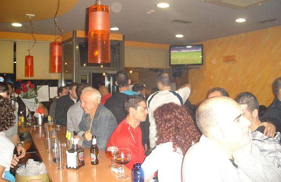 El bar A Ras de Ras, lleno como siempre durante la retransmisión de un partido