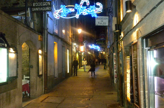 Imagen nocturna de la Rúa Do Franco en Santiago de Compostela