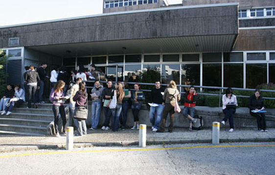 Varios estudiantes instantes antes de entrar a un examen de selectividad