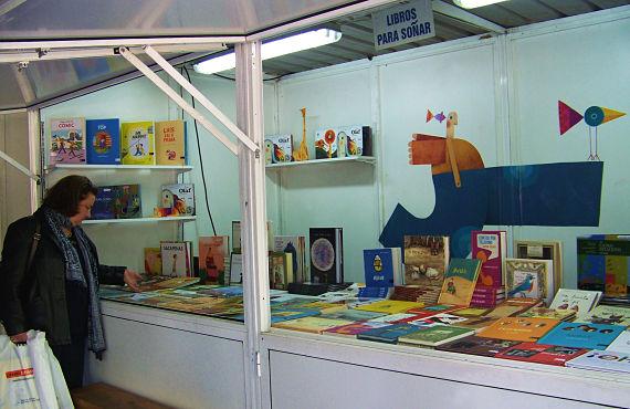 Uno de los puestos de literatura infantil en la Feria del Libro de Santiago