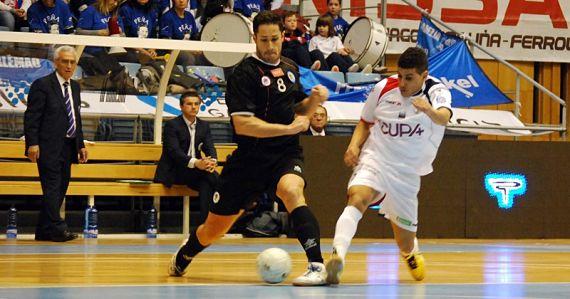 Un jugador del Santiago Futsal pugna por la pelota en partido oficial