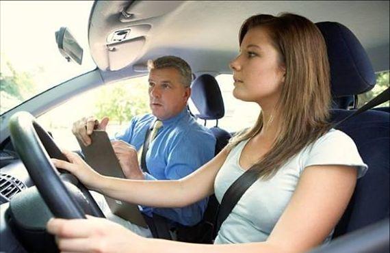 Chica aprendiendo a conducir