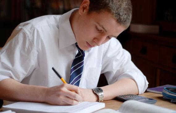Foto de un niño estudiando