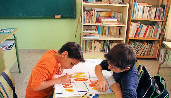 Niños estudiando en una academia