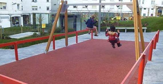 Dos niñas juegan en el Parque de Ramírez