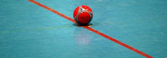 Balón de fútbol sala sobre pista azul