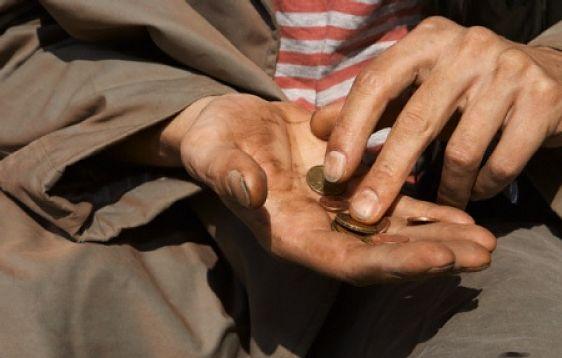 Persona pidiendo monedas