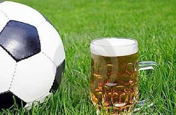 Cerveza y balón de fútbol