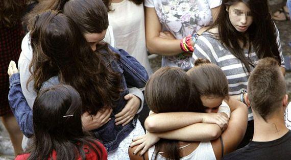 Jóvenes afligidas por el fallecimiento de su amiga en Compostela