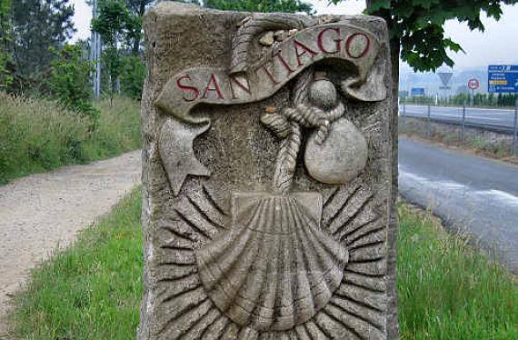 Piedra grabada con el nombre de Santiago de Compostela